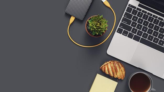 Bovenaanzicht bureau met computer en donkere copyspace