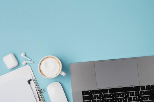 Bovenaanzicht bureau met laptop en klembord