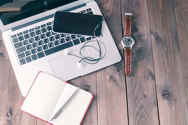 Bovenaanzicht bureau met laptop