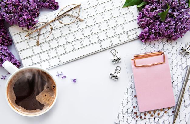 Bovenaanzicht bureau met lila bloemen