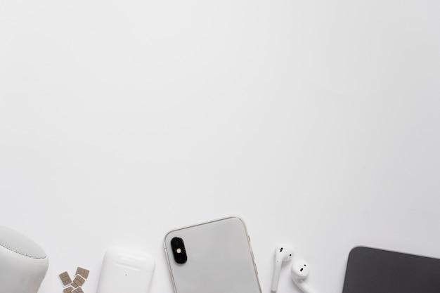 Bovenaanzicht bureau met telefoon en koptelefoon