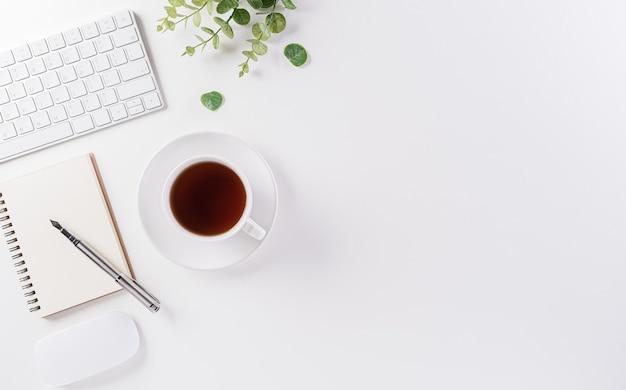 Bovenaanzicht bureau met werkruimte en toetsenbord