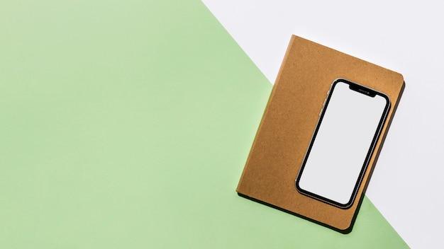 Bovenaanzicht bureau minimaal notebook en smartphone