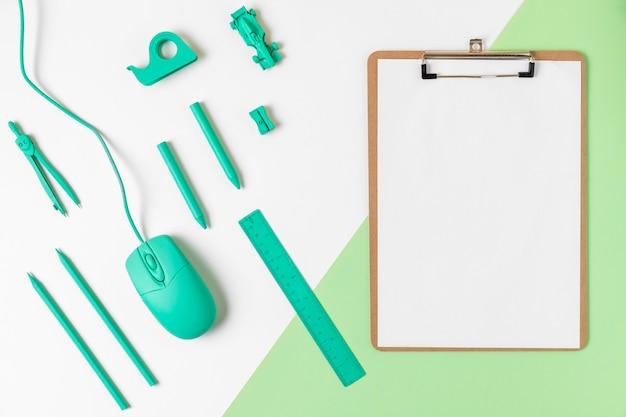 Bovenaanzicht bureau minimale blauwe accessoires