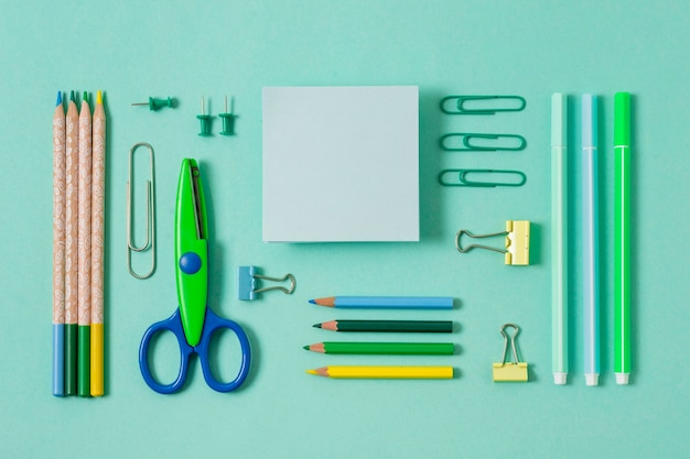 Bovenaanzicht bureau-opstelling met groene items