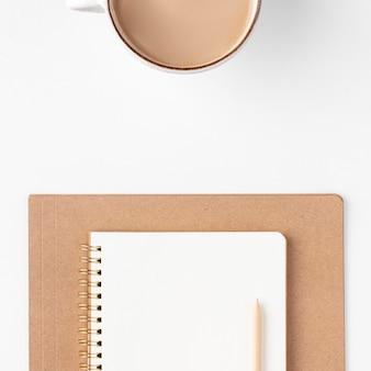 Bovenaanzicht bureau-opstelling met kopie ruimte