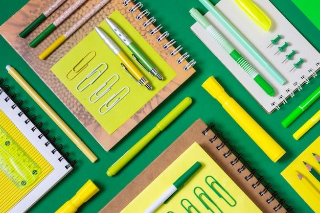 Bovenaanzicht bureau-opstelling met notitieboekjes