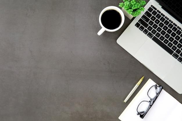 Bovenaanzicht bureau werkruimte met laptopcomputer en kantoorbenodigdheden