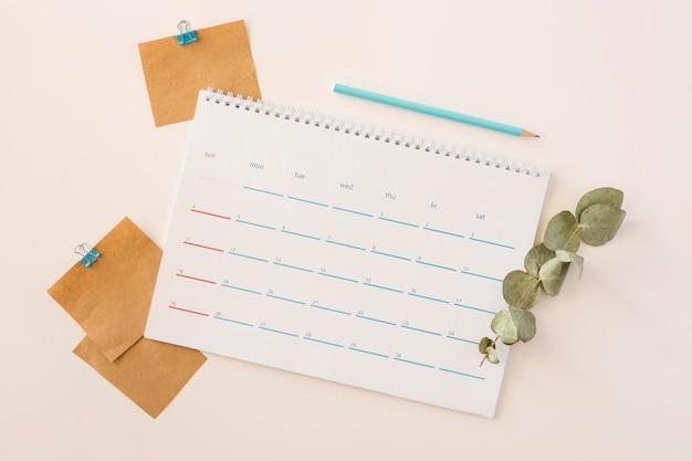 Bovenaanzicht bureaukalender en bladeren