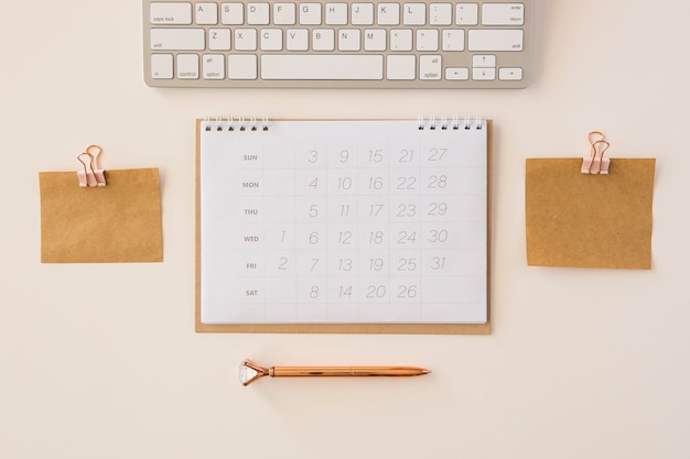 Bovenaanzicht bureaukalender en geheugennotities