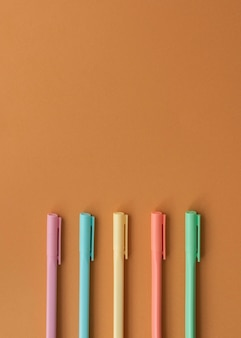 Bovenaanzicht bureauopstelling met kleurrijke pennen