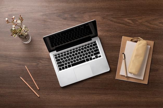 Bovenaanzicht bureauopstelling met laptop