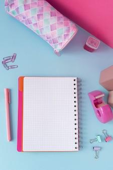 Bovenaanzicht bureauopstelling met notitieboekje