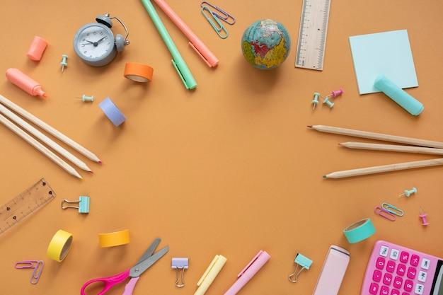 Bovenaanzicht bureauopstelling met objecten