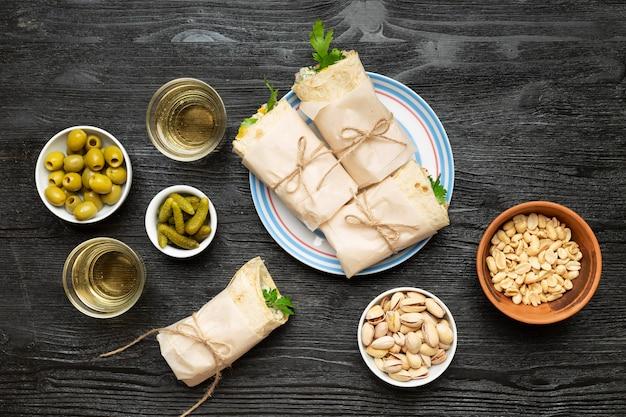 Bovenaanzicht burrito's en noten arrangement