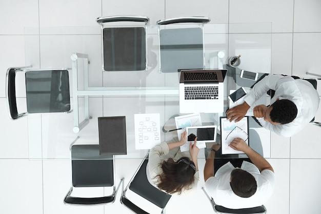 Bovenaanzicht. business team dat een financieel verslag maakt. het concept van professionaliteit