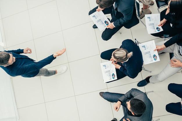Bovenaanzicht. business team rapportage resultaten tijdens een werkvergadering.