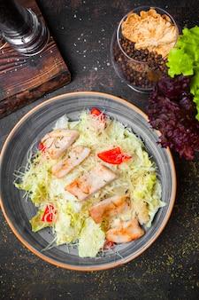 Bovenaanzicht caesar salade met gebakken kip
