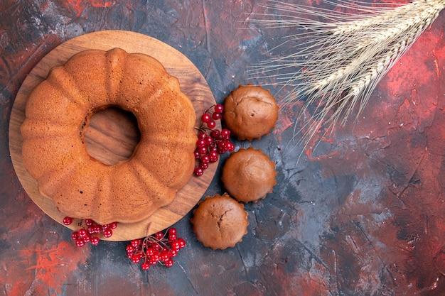 Bovenaanzicht cake cupcakes de smakelijke cupcakes een cake met rode aalbessen tarwe oren