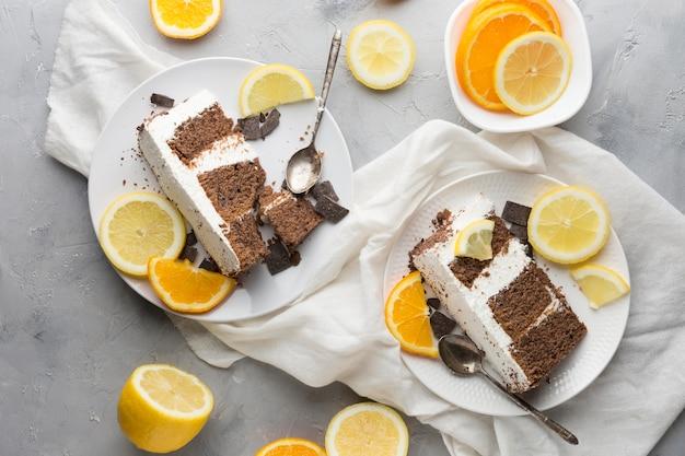 Bovenaanzicht cake met stukjes sinaasappel
