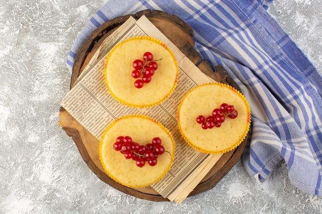 Bovenaanzicht cake met veenbessen lekker gebakken op de lichte achtergrond cake koekje suiker zoet