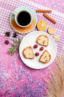 Bovenaanzicht cakeplakken met aardbeien en koffie op het roze oppervlak cake bak zoete biscuit suiker kleur taart cookie