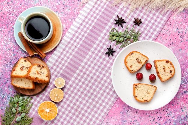 Bovenaanzicht cakeplakken met kopje koffie op de roze achtergrond cake bakken zoete biscuit suiker kleur taart cookie