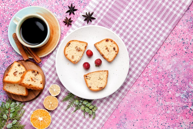 Bovenaanzicht cakeplakken met kopje koffie op roze bureaucake bak zoet koekje suiker kleur taartkoekje