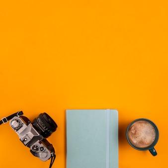 Bovenaanzicht camera apparaat en agenda