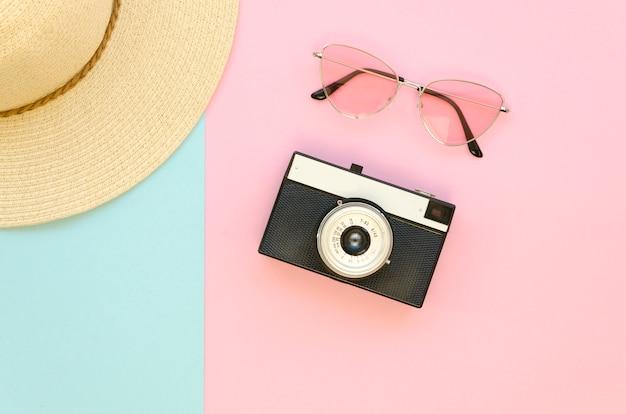 Bovenaanzicht camera apparaat en zonnebril