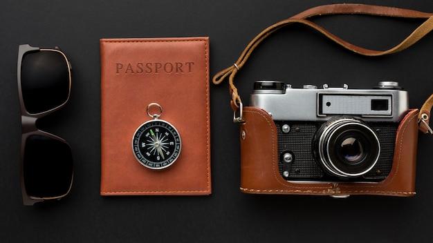 Bovenaanzicht camera en paspoort arrangement