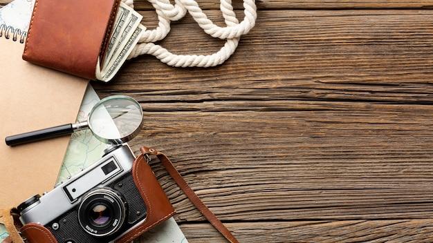 Bovenaanzicht camera en portemonnee op een tafel