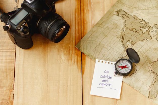 Bovenaanzicht camera, kaart en kompas voor avonturier