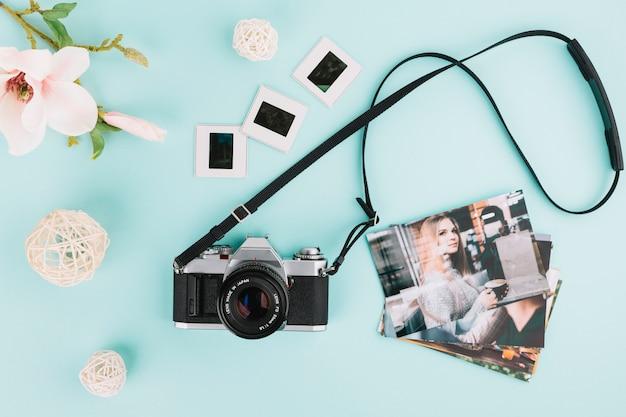 Bovenaanzicht camera met foto en negatieven