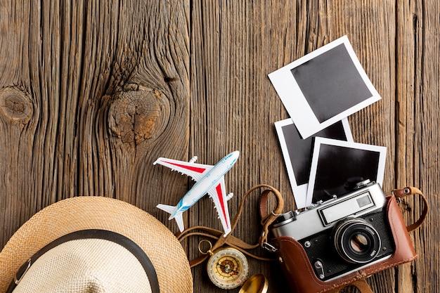 Bovenaanzicht camera met foto's op een tafel
