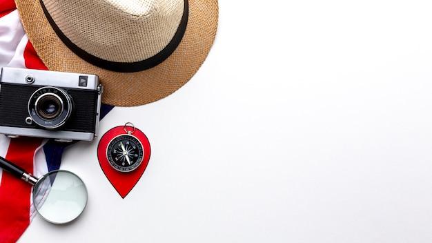 Bovenaanzicht camera met hoed en kompas
