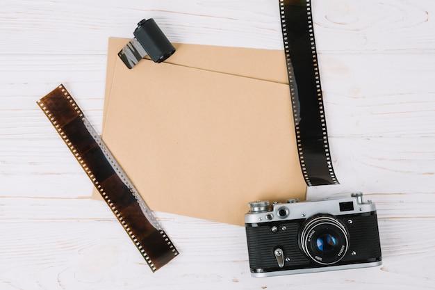 Bovenaanzicht camera met papieren en negatieven