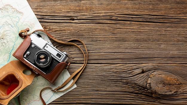Bovenaanzicht camera op een houten tafel