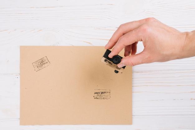 Bovenaanzicht camera stempel op papier
