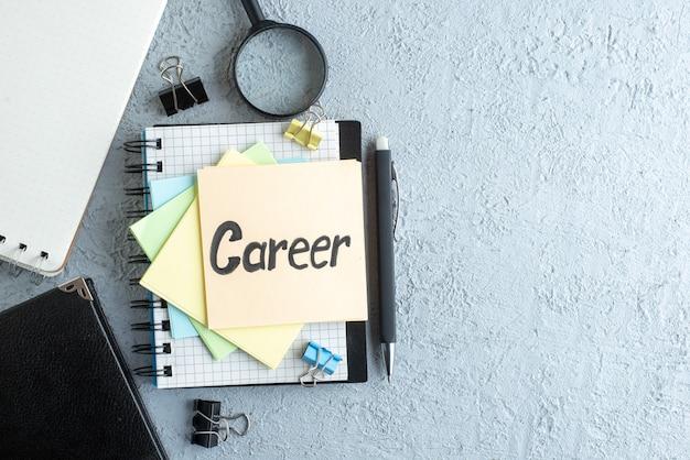 Bovenaanzicht carrière geschreven notitie met stickers en blocnote op witte achtergrond job office voorbeeldenboek salaris college bedrijfskleur