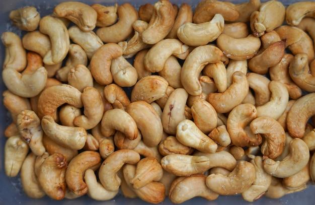 Bovenaanzicht cashew graan met zout klaar om te eten in plastic doos