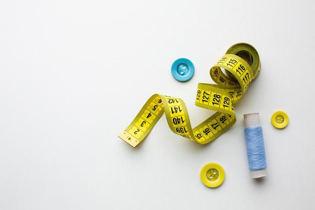 Bovenaanzicht centimeter van het naaien en knopen