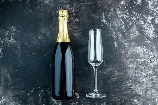 Bovenaanzicht champagne champagne fluit op donkere tafel