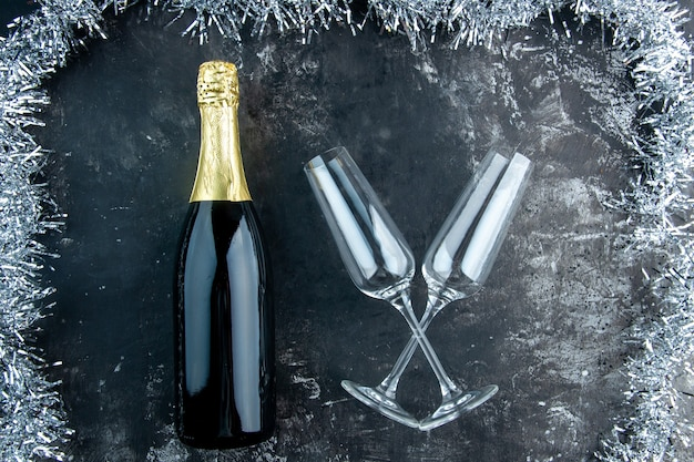 Bovenaanzicht champagne gekruiste champagneglazen op donkere tafel