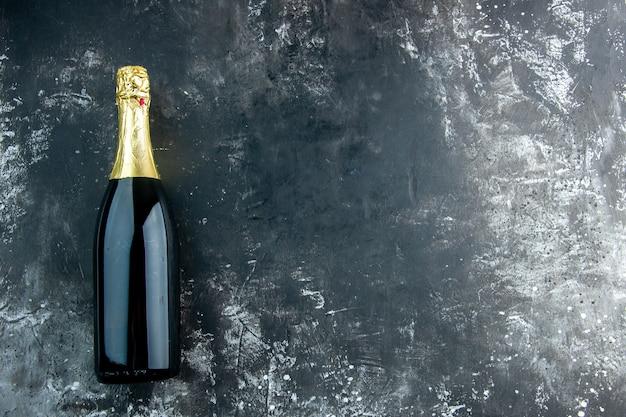 Bovenaanzicht champagne op donkere tafel met kopieerruimte