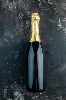 Bovenaanzicht champagne op donkere tafel