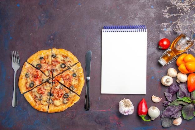 Bovenaanzicht champignonpizza gesneden met kaas en olijven op het donkere oppervlak italiaanse bakdeeg maaltijd eten pizza