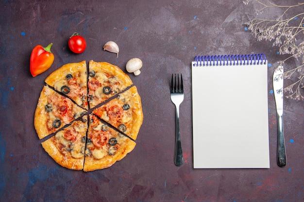 Bovenaanzicht champignonpizza gesneden met kaas en olijven op het donkere oppervlak italiaanse pizza bakdeegmaaltijd