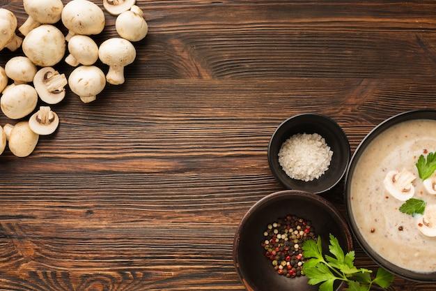 Bovenaanzicht champignons bisque en specerijen met kopie ruimte