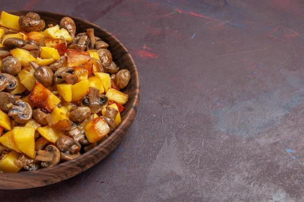 Bovenaanzicht champignons en aardappelen aardappelen en smakelijke champignons in een houten kom